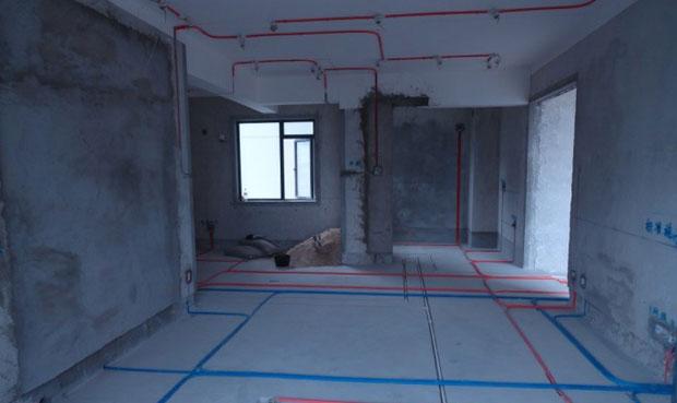 水电改造前,业主最好先确定好自己所需的家电型号、类别,各种开关、插座的型号、位置,以及水路接口的位置,根据自己实际需求和各种家用设备的型号来预留安排空间,做好水电定位。后期要严格按照设计图来安排厨房电路、水路的走向以及各个开关、接口等的具体位置。